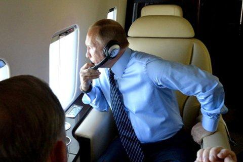 Putin təyyarədə uçanda nə ilə məşğul olur?