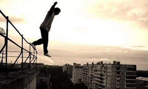 Bakıda iki dəhşətli intihar: Gənc qız və oğlan özlərini binadan atdı
