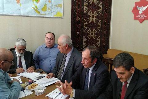 Azərbaycan Xalq Hərəkatında dava: Partiya sədrləri əlbəyaxa olublar