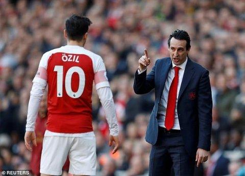 """Məsut Özil Bakıda """"Arsenal""""ın baş məşqçisini təhqir edib"""