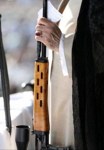 Xamnəinin əlində tutduğu silah hansı markaya aiddir?