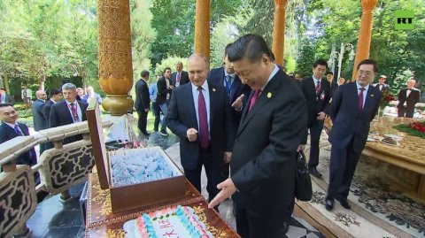 Putin Çin liderinə tort və dondurma bağışlayıb