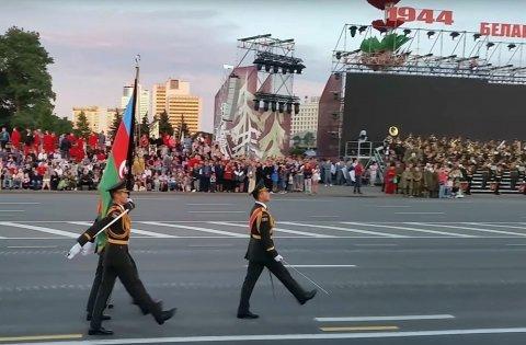 Zakir Həsənov və hərbçilər paradda - Minskdə