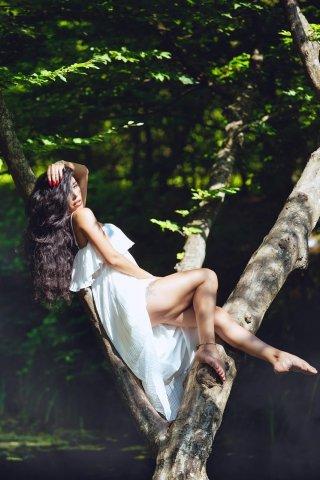Rəqqasə ağacların üstündə poz verib