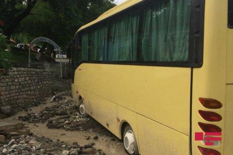 İsmayıllıda təbii fəlakət: güclü külək evlərə zərər vurdu, avtobus sel sularına qərq oldu