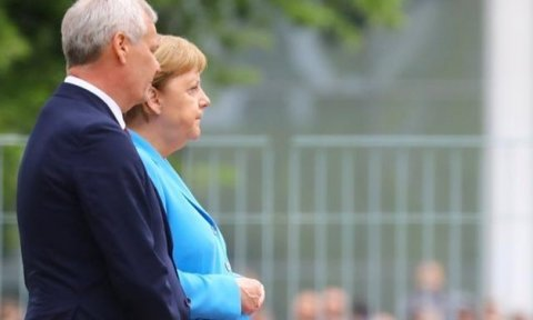 Merkeli yenə əsməcə tutdu