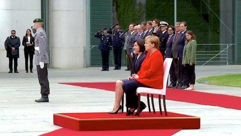 Merkel baş naziri ayaq üstə qarşılaya bilmədi