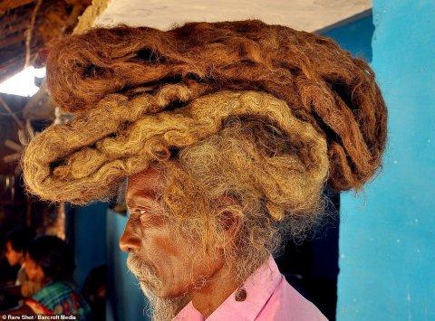 40 ildir saçını qırxdırmır və başını yumur