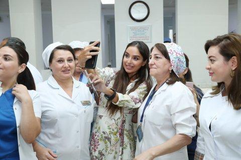 Leyla Əliyeva xəstəxanadakı uşaqlara baş çəkib