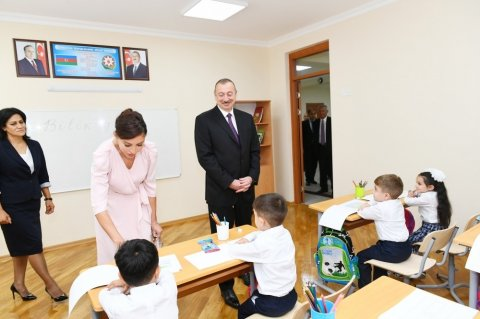 Prezident Binəqədidə müəllim və valideynlərlə bir araya gəldi