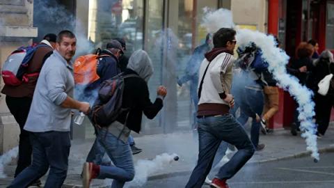 Polis etirazçılara qarşı gözyaşardıcı qazdan istifadə edib