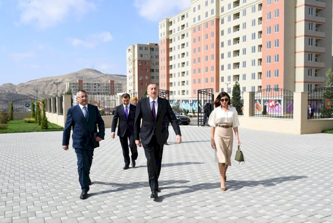 """Prezident köçkünlərlə bir arada: """"Qarabağ Azərbaycandır və nida işarəsi, vəssalam"""""""