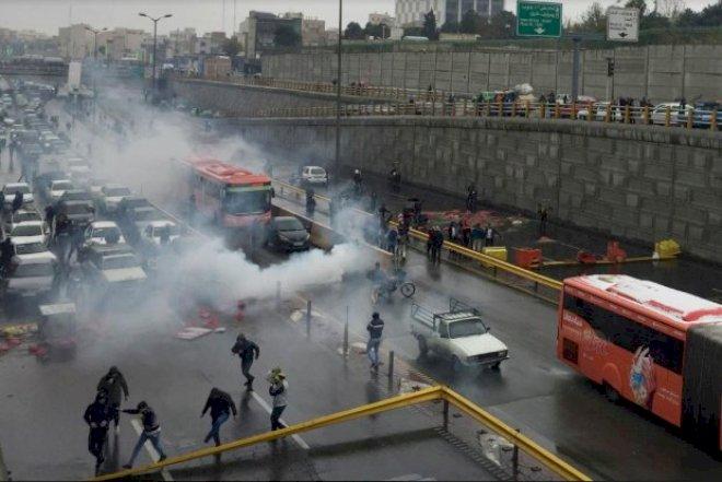 İranda gərginlik artır: 25 etirazçı toqquşmalarda öldürlüb