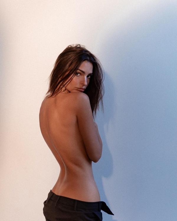 Tanınmış model çılpaq fotolarını paylaşıb