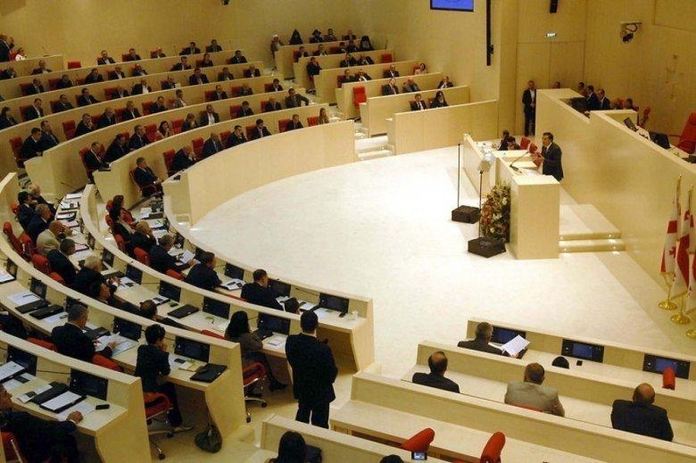 Gürcüstan parlamentində insident olub, bir neçə deputatın halı pisləşib