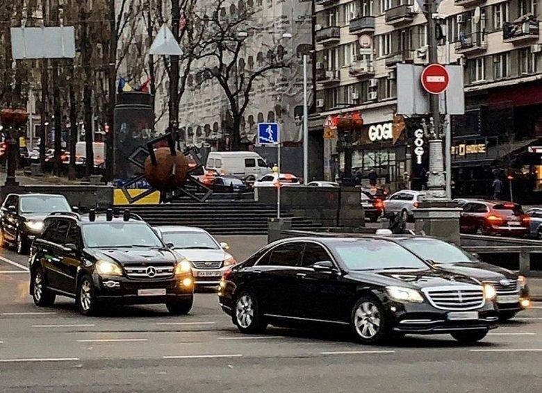 """Keçmiş prezident 500 min dollarlıq """"Mercedes""""də gəzir"""