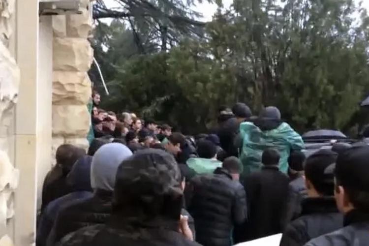 """Abxaziyada ara qarışdı: etirazçılar """"Prezident sarayı""""nı tutdu - Gürcüstan prezidentindən ilk açıqlama"""
