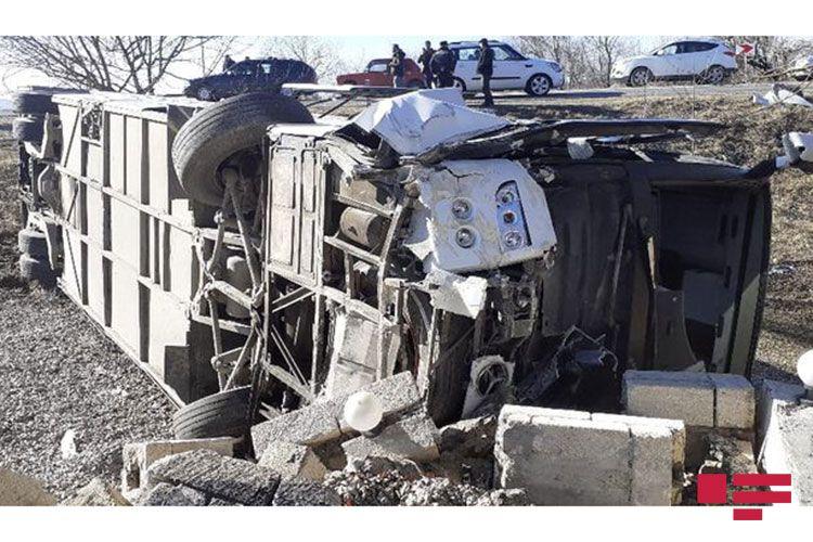 İsmayıllıda avtobus qəzası baş verib: ölənlər və çoxsaylı yaralı var
