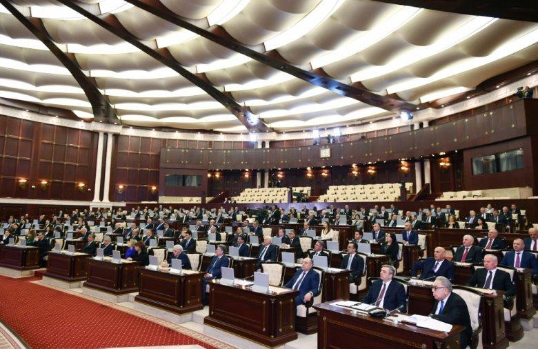 Deputatlar COVID-19-la mübarizə aparanları ayaqüstə alqışlayıb