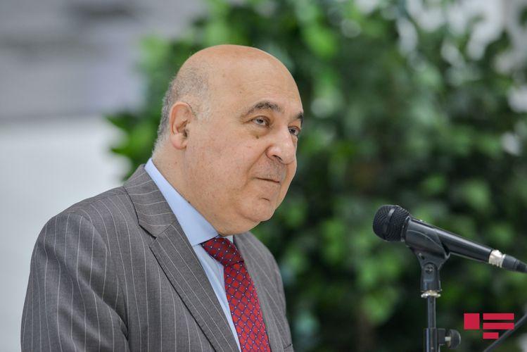 Putin Çingiz Abdullayevi təltif edib