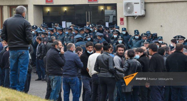 """Əsgər analarının Paşinyanın ofisi qarşısında aksiyası başlayıb: """"Övladlarımızı Qarabağdan gətirin!"""""""