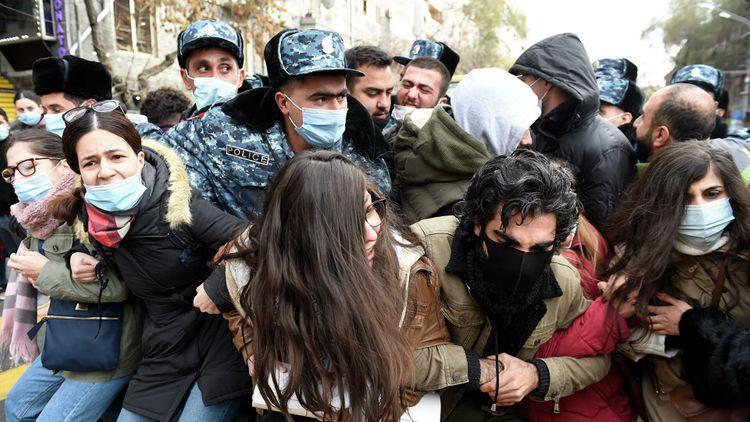 Yerevanda Paşinyan tərəfdarları ilə müxalifətçilər arasında qarşıdurma baş verib - Video
